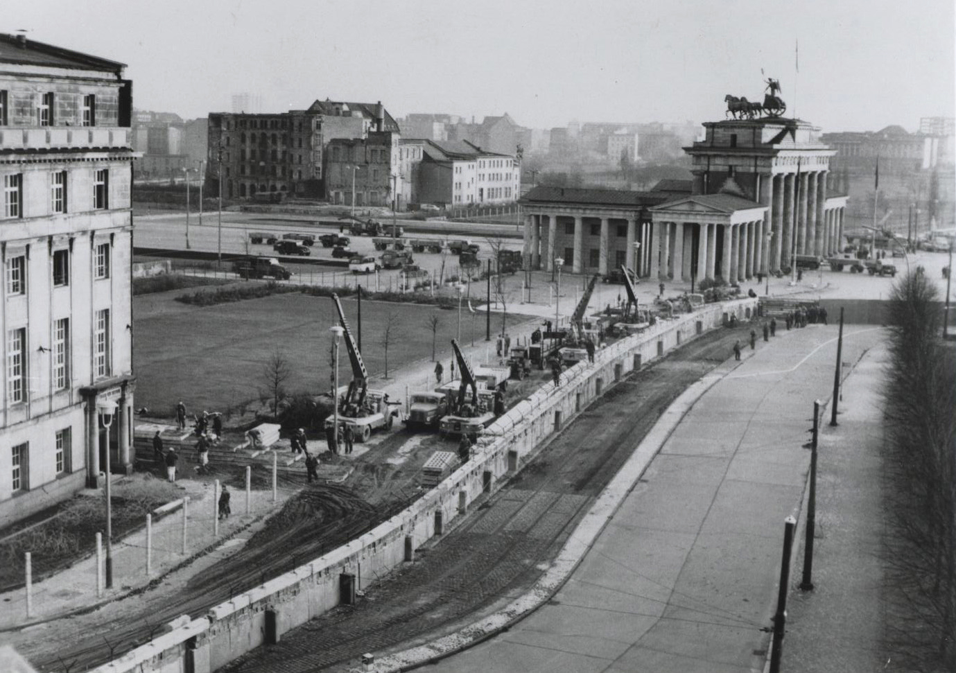 the background of the construction of the berlin wall and attempts to escape Berlin wall: berlin wall, barrier that surrounded west berlin and prevented access to it from east  trying to escape after the berlin wall went up in august.